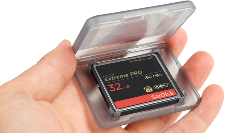4 Simple Tricks to Keep Track of Memory Cards on Set: CF Card Case Hand